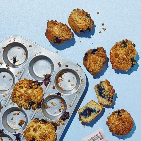 Glutenfreie-Blaubeermuffins-mit-Haferstreuseln-mit-GluteoStop-Spender